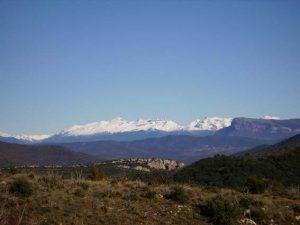Peña Oroel y Pirineo desde el camino a Sarsamarcuello.