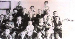 Nicolás Opla en la escuela del pueblo con el maestro Mariano Constante Arán.